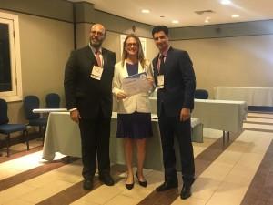 Luciana Amato, terceiro lugar nos temas livres, entre o presidente Marcelo Jatene e Leonardo Miana, da organização do congresso